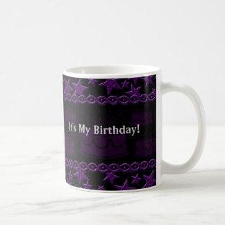 Estrella del rock de la torta de cumpleaños en púr taza de café