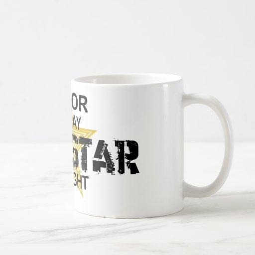 Estrella del rock del actor por noche taza de café