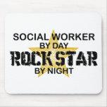 Estrella del rock del asistente social por noche tapetes de ratones