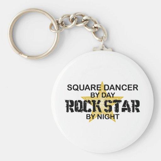 Estrella del rock del bailarín cuadrado por noche llavero redondo tipo pin