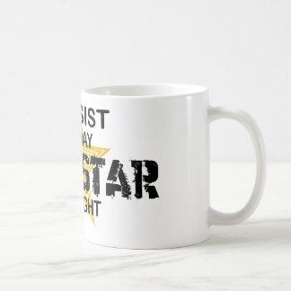 Estrella del rock del bajista por noche tazas de café