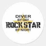 Estrella del rock del buceador por noche pegatinas redondas