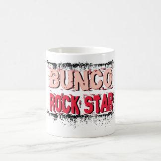 estrella del rock del bunco en rosa taza básica blanca