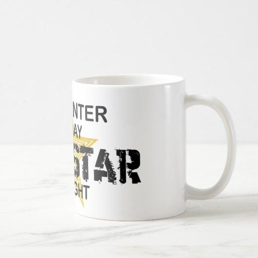 Estrella del rock del carpintero por noche taza de café