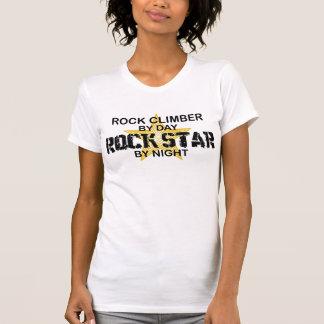 Estrella del rock del escalador de rock por noche playera