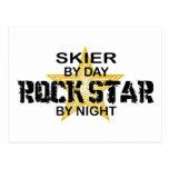 Estrella del rock del esquiador por noche tarjeta postal