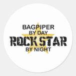 Estrella del rock del gaitero por noche etiquetas redondas