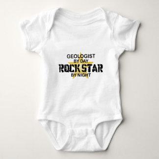 Estrella del rock del geólogo por noche playera