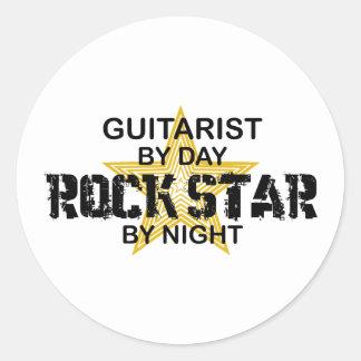 Estrella del rock del guitarrista por noche pegatina redonda