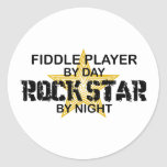 Estrella del rock del jugador del violín por noche pegatina redonda