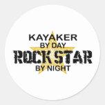 Estrella del rock del Kayaker por noche Etiqueta Redonda