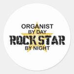Estrella del rock del organista por noche etiqueta redonda