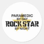 Estrella del rock del paramédico por noche etiquetas redondas