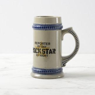 Estrella del rock del reportero por noche jarra de cerveza