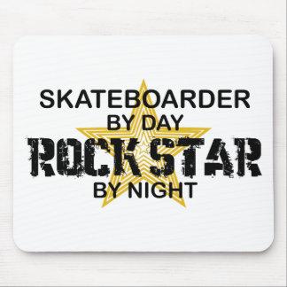 Estrella del rock del skater por noche alfombrilla de ratones