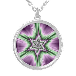 Estrella en collar púrpura y verde