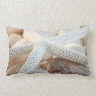 Estrella entre cáscaras almohadas