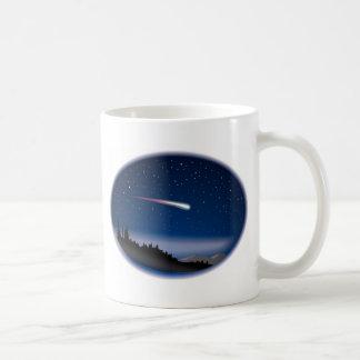 Estrella fugaz sobre paisaje de la noche taza de café