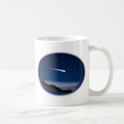 Estrella fugaz sobre paisaje de la noche taza básica blanca