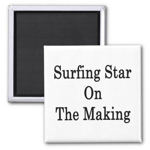 Estrella que practica surf en la fabricación imán de frigorífico