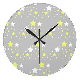 Estrellas amarillas celestiales del blanco en gris reloj redondo grande