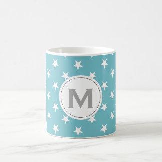 Estrellas azules cones monograma del blanco de taza