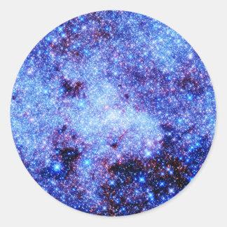 Estrellas azules de la chispa pegatina redonda