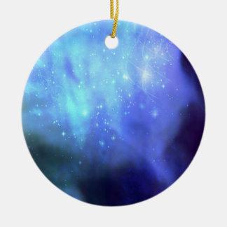 Estrellas azules en espacio adorno de navidad
