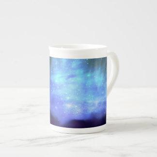Estrellas azules en espacio taza de china