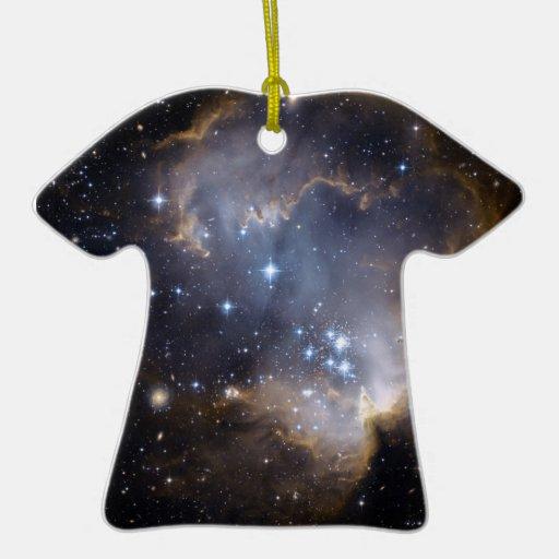 Estrellas brillantes de NGC 602 en la vía láctea Adorno De Cerámica En Forma De Camiseta