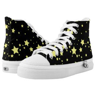 Estrellas brillantes del amarillo en fondo negro zapatillas