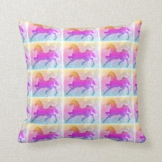 Estrellas coloridas del caballo del corcel cósmico almohada