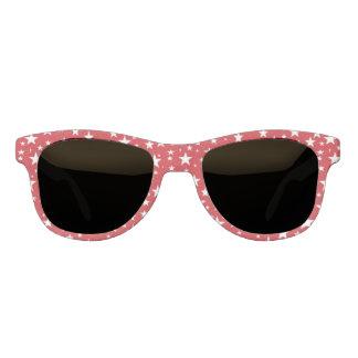 Estrellas con las gafas de sol rojas del fondo