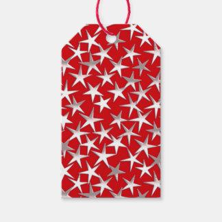 Estrellas de la plata en de color rojo oscuro etiquetas para regalos