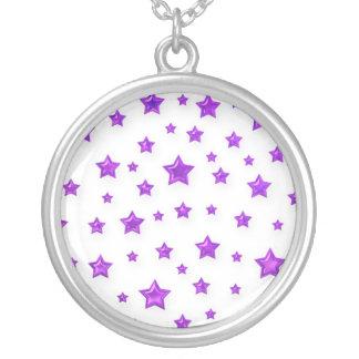 Estrellas de la púrpura en el collar blanco