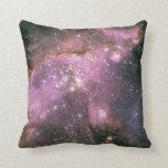 Estrellas de los jóvenes con las almohadas rosadas