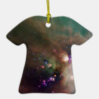 Estrellas de los jóvenes en su manta del bebé del adorno de cerámica en forma de camiseta