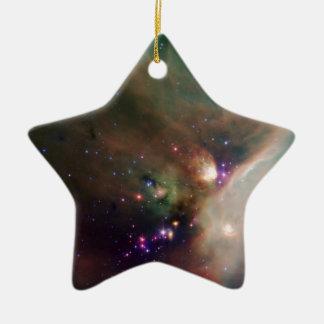 Estrellas de los jóvenes en su manta del bebé del adorno de cerámica en forma de estrella