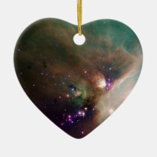 Estrellas de los jóvenes en su manta del bebé del adorno de cerámica en forma de corazón