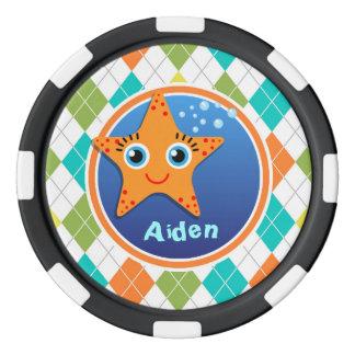 Estrellas de mar anaranjadas en el modelo colorido fichas de póquer
