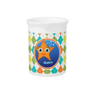 Estrellas de mar anaranjadas en el modelo colorido jarra para bebida