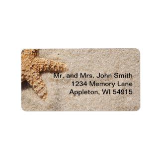 Estrellas de mar del boda de playa en etiqueta de  etiqueta de dirección