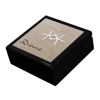 Estrellas de mar en caja de regalo del corazón