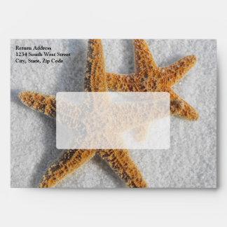 Estrellas de mar en el boda de playa de la arena sobres