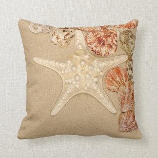 Estrellas de mar en la almohada de tiro de la aren
