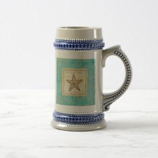 Estrellas de mar en la madera del trullo jarra de cerveza
