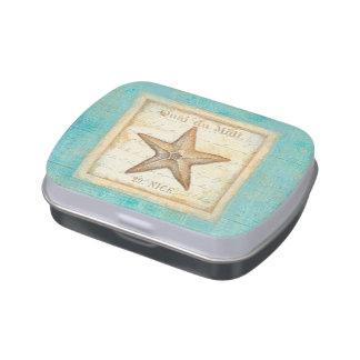 Estrellas de mar en la madera del trullo latas de dulces