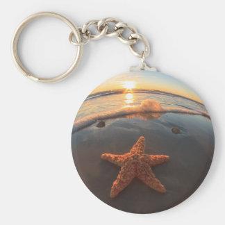 Estrellas de mar en la playa en la puesta del sol llavero redondo tipo pin