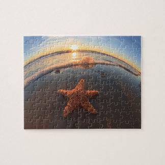 Estrellas de mar en la playa en la puesta del sol puzzle con fotos