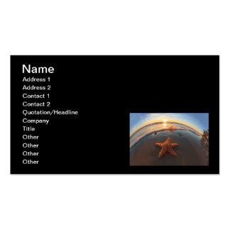 Estrellas de mar en la playa en la puesta del sol tarjeta personal